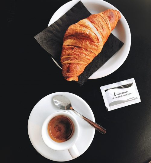 croissant-and-coffee-890515